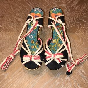 ROCKET DOG WOMEN'S TIE STRAP WEDGES.